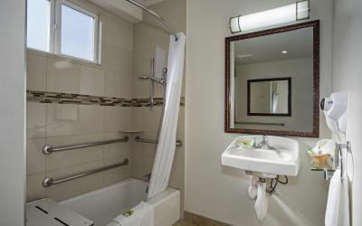 Santa Monica Hotel room with Accessible bathroom